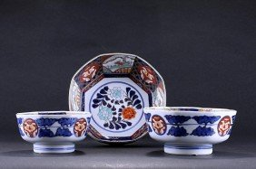 JAPANESE IMARI NEST OF THREE BOWLS