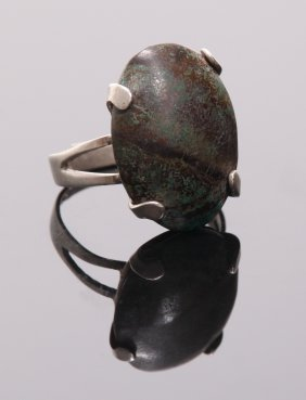 Vintage Sterling Silver Ring With Unique Stone Setting.