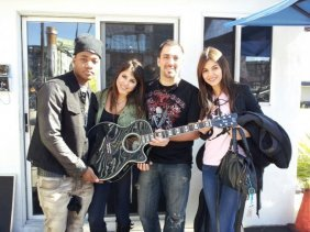 Nickelodeon�s Show Victorious Cast Signed Guitar