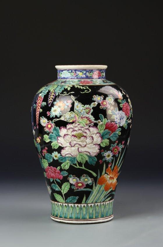 chinese famille noir vase lot 383. Black Bedroom Furniture Sets. Home Design Ideas