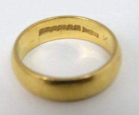 A 22ct Gold Wedding Band (6)