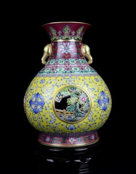 A Fine Chinese Qing Famille Rose Porcelain Vase