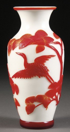 A CHINESE PEKING CAMEO GLASS VASE, 20TH CENTURY