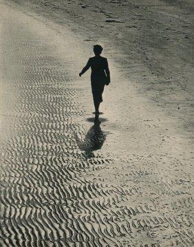 Eisenstaedt, Alfred - Girl Walking On Beach