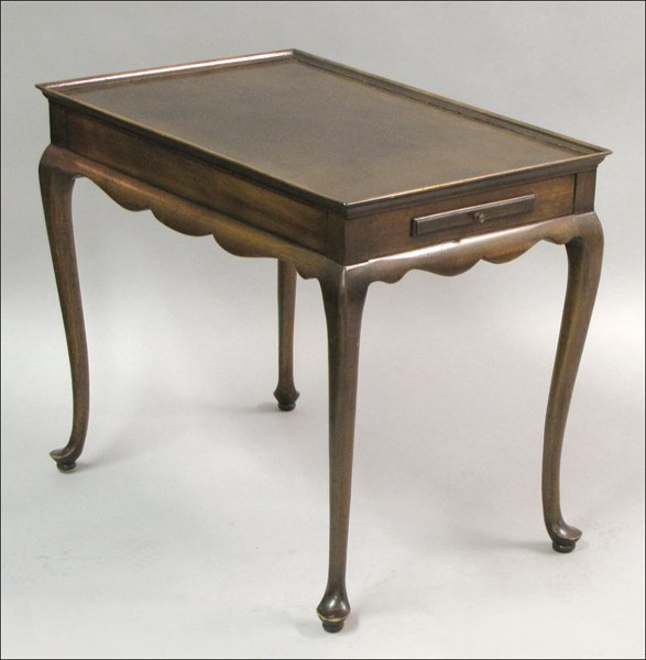 821070: FINE ARTS FURNITURE CO. MAHOGANY SIDE TABLE. : Lot
