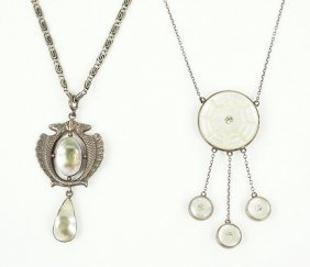 A Mother-of-pearl Pendant Necklace.