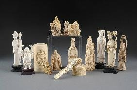 A GROUP OF SIXTEEN CHINESE CARVED IVORY PIECES, 19T