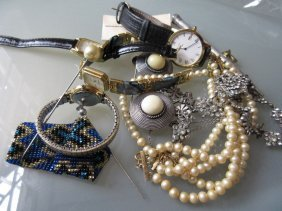 Small Quantity Of Miscellaneous Costume Jewellery And