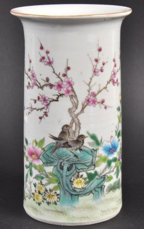 AN EARLY 20TH CENTURY CHINESE PORCELAIN ENAMELLED V