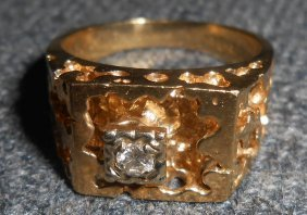 A Men's 10kt Gold Ring With Diamond