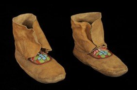 Pair Of Great Lakes Moccassins Ca. 1910 With Beaded